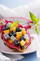 Ensalada exótica tropical dentro de una fruta del dragón