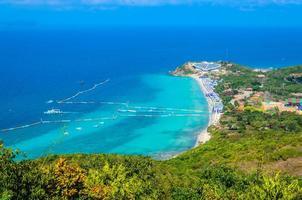 Playa tropical de la isla de Koh Larn en la ciudad de Pattaya, Tailandia foto