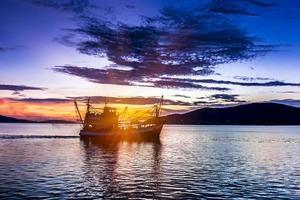 hora del atardecer lago songkhla foto