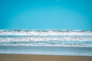 olas azules y cielo