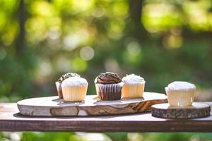 cupcakes en rodajas de madera foto