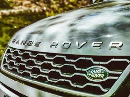 mallorca, españa, 2020 - primer plano, de, un, range rover, logotipo foto