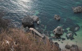 escaleras cerca del mar foto
