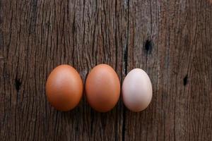 tres huevos en una mesa de madera foto