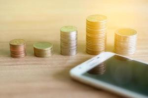 monedas y un teléfono