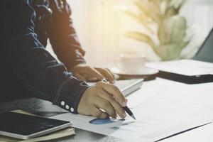 Escritura de contabilidad y gerente en papel. foto