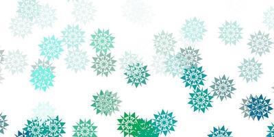 plantilla de vector verde claro con copos de nieve de hielo.
