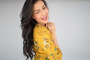 retrato de una mujer con un vestido amarillo foto