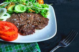 bistec y ensalada