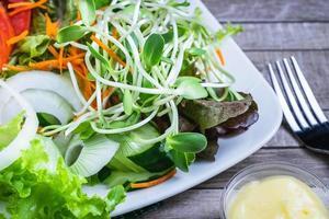 Ensalada de verduras saludables en la mesa