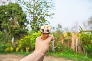 helado en una mano foto