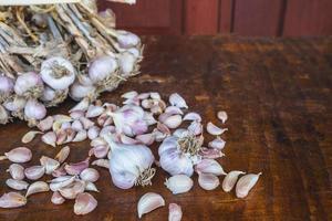 dientes de ajo esparcidos sobre una mesa foto