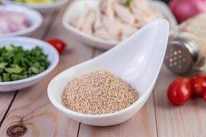 arroz tostado en una cuchara de cerámica blanca foto