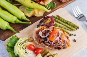 filete de pollo con verduras asadas