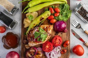 pollo a la parrilla y verduras