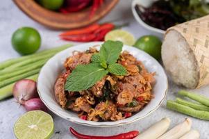 un plato de carne de cerdo picada con ingredientes