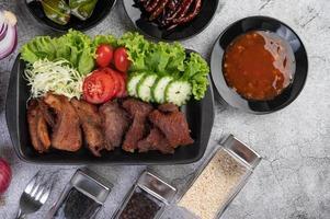 cerdo frito cubierto con chiles y verduras