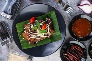 cerdo frito cubierto con semillas de sésamo