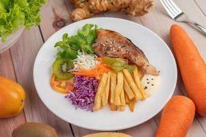 pescado con papas fritas y ensalada