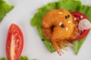 Deep-fried shrimp and sauce