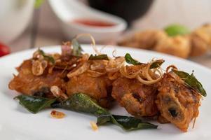 plato de pollo frito con hierbas foto