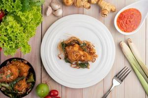 un plato de pollo frito con hierbas