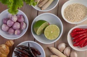cebollas rojas, limón, limoncillo, chiles, ajo, galanga y lechuga