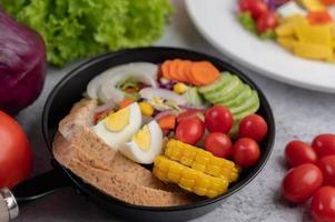 ensalada de verduras con pan y huevos duros