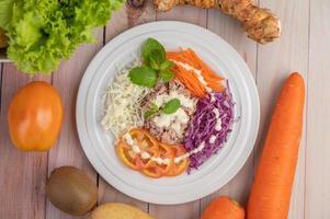 ensalada de atún con zanahorias, tomates y repollo foto