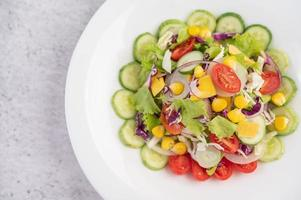 ensalada de verduras en plato blanco