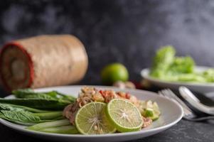 Ensalada picante de cerdo con lima y verduras y acompañamientos