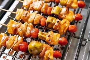 parrilla de barbacoa con variedad de carnes, tomate y pimientos