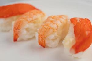 rollos de sushi surtidos