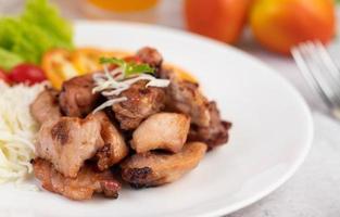 Chuleta de cerdo a la plancha con tomate y ensalada