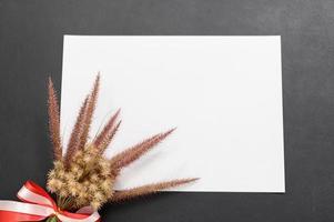 papel en blanco y flor en el escritorio