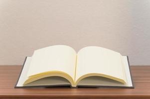libro en blanco sobre el escritorio