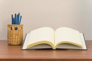 libro y lápices en el escritorio