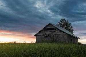 casa de madera al atardecer foto