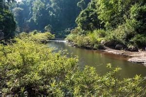 paisaje en la cascada heaw narok en tailandia foto