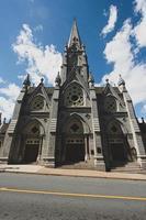 Iglesia de hormigón gris bajo un cielo azul
