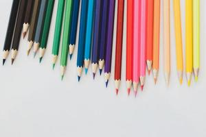 lápices de colores sobre un fondo blanco