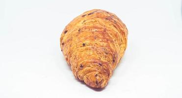 Pan croissant sobre fondo blanco.