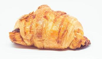 Rollo de croissant sobre un fondo blanco.