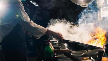 Chef salteando en wok