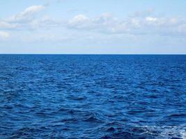 océano azul y nubes foto