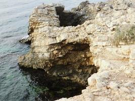 mar verde y rocas foto
