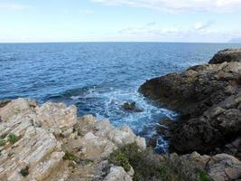 rocas y olas foto