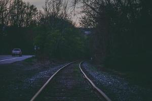 vías del tren en la noche