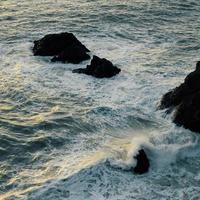 olas del mar rompiendo en las rocas
