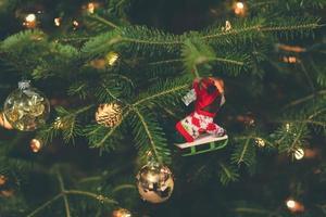 decoraciones navideñas en un árbol